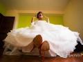 La sposa e le sue scarpe rosse in casa
