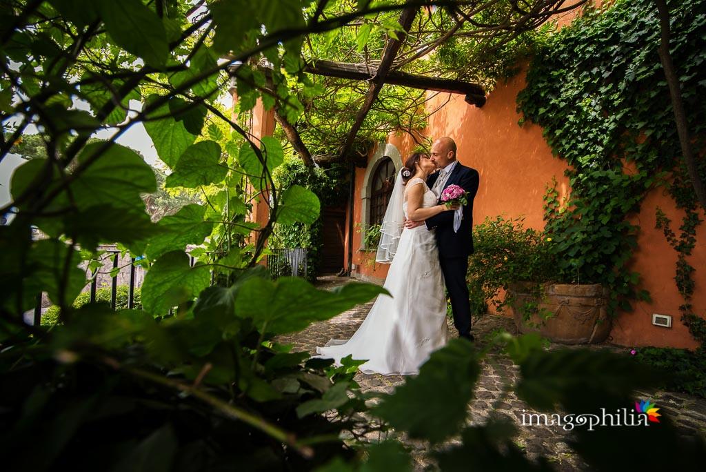 Gli sposi nel cortile del Ristorante Pagnanelli di Castel Gandolfo