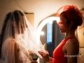 La sposa indossa il velo in una sala di Villa Senni a Grottaferrata