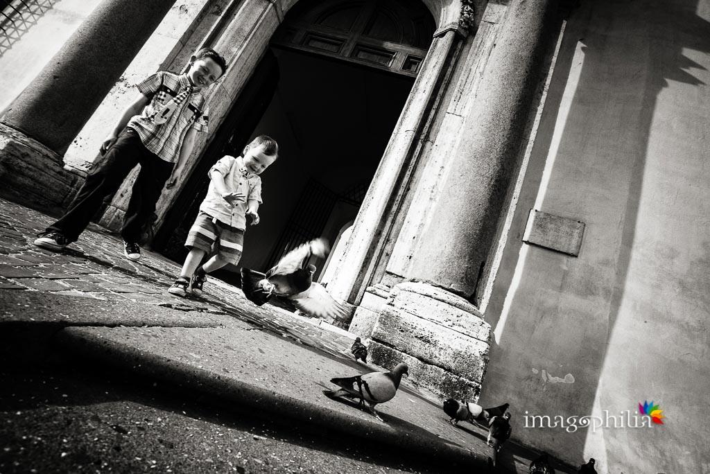 Bambini giocano con i piccioni davanti a Palazzo Chigi, Ariccia dopo il matrimonio