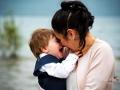 La sposa con in braccio il figlio sulla riva del Lago Albano