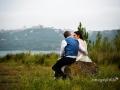 Gli sposi accoccolati sulla riva del Lago Albano