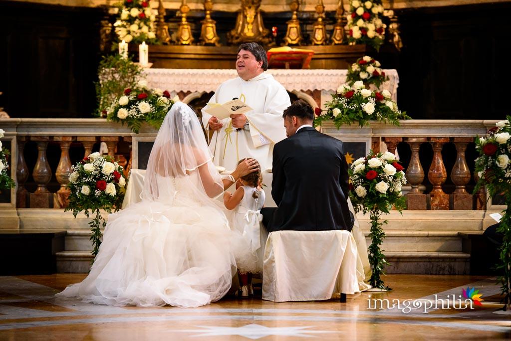 Gli sposi insieme alla figlia durante il matrimonio nella Chiesa di Santa Maria Assunta in Cielo ad Ariccia