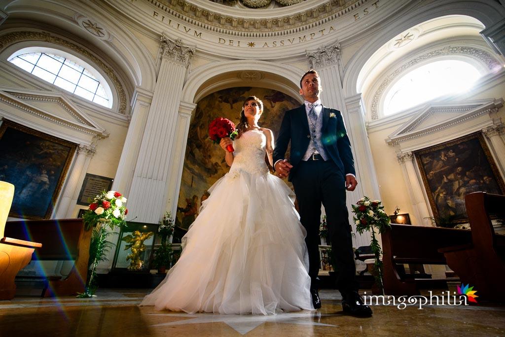 I novelli sposi, al termine del matrimonio, escono dalla Chiesa di Santa Maria Assunta in Cielo ad Ariccia