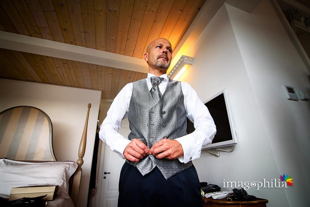 Lo sposo si prepara nella suite di Villa Pocci