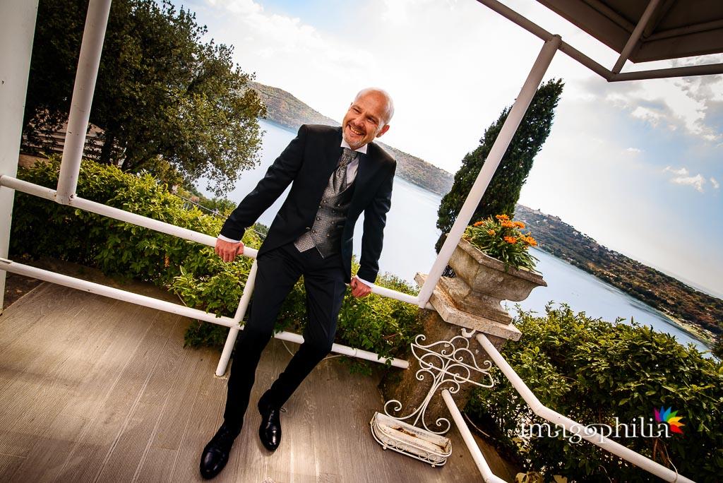 Lo sposo si si rinfresca sul balcone della suite di Villa Pocci