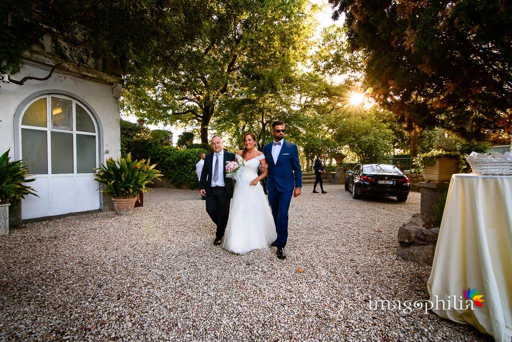 La sposa, accompagnata dai suoi due generi, fa il suo ingresso nel prato in cui si celebra il matrimonio a Villa Pocci