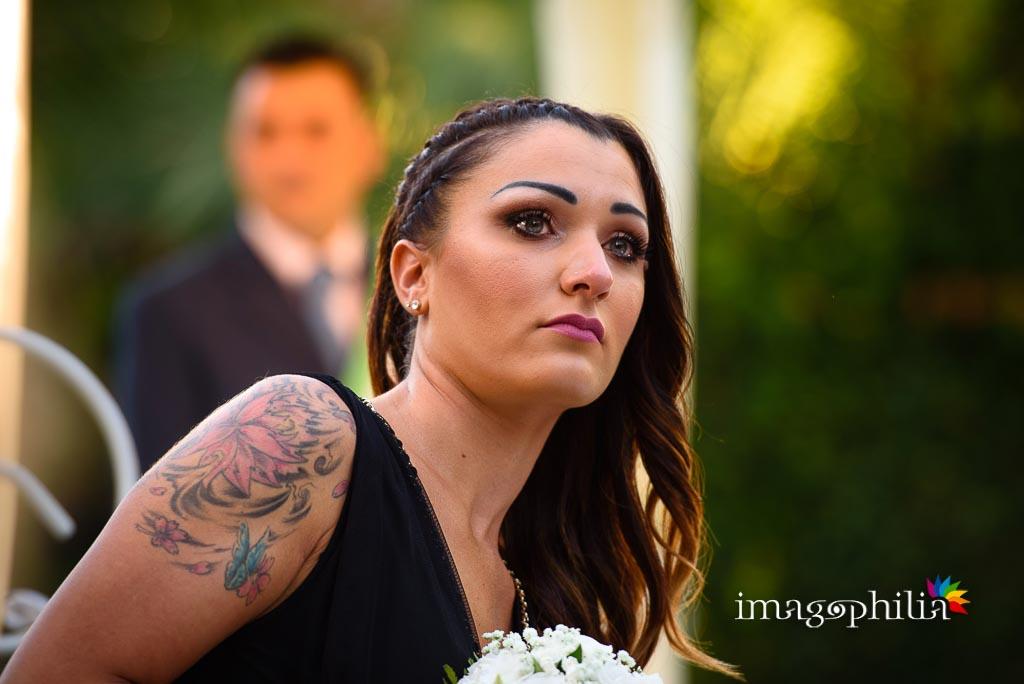La figlia della sposa, commossa, ne segue l'ingresso per il matrimonio a Villa Pocci