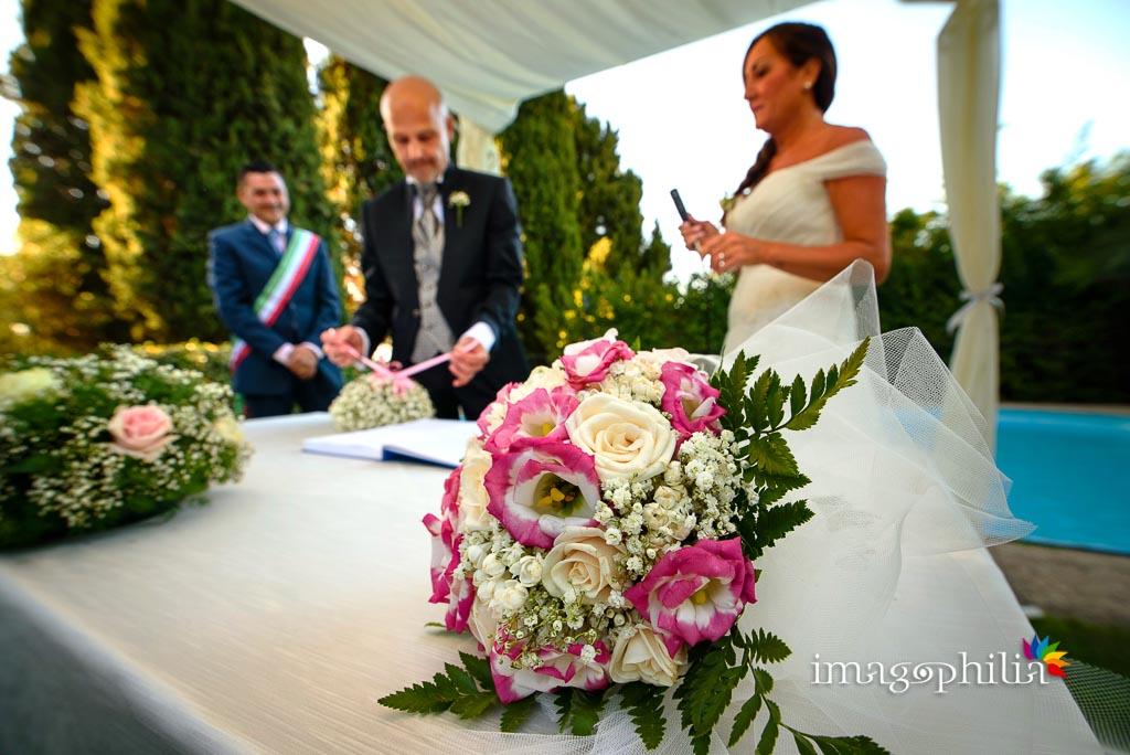 Dettaglio del bouquet, subito prima dello scambio degli anelli nuziali, durante il matrimonio a Villa Pocci
