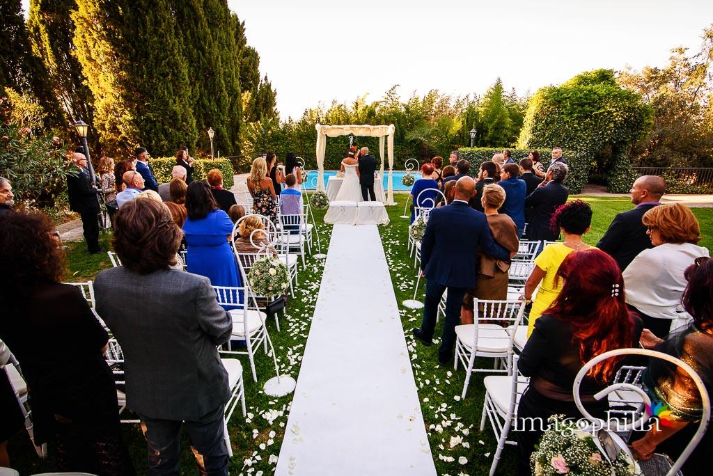Veduta del prato, a bordo piscina, durante la celebrazione del matrimonio a Villa Pocci