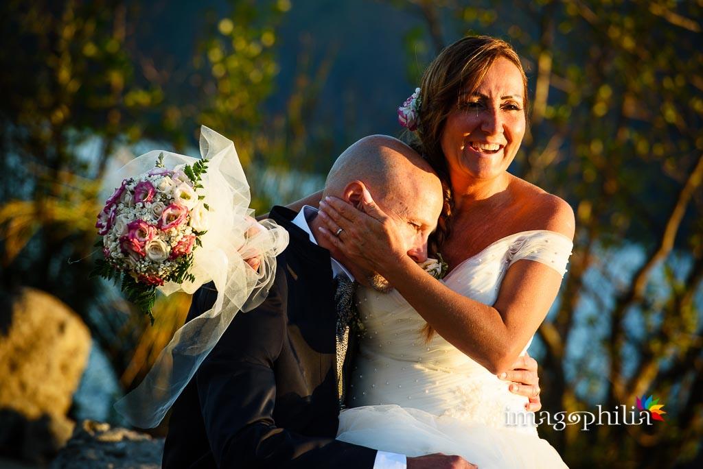 Momenti teneri tra gli sposi sulla riva del Lago Albano a Castel Gandolfo / 2