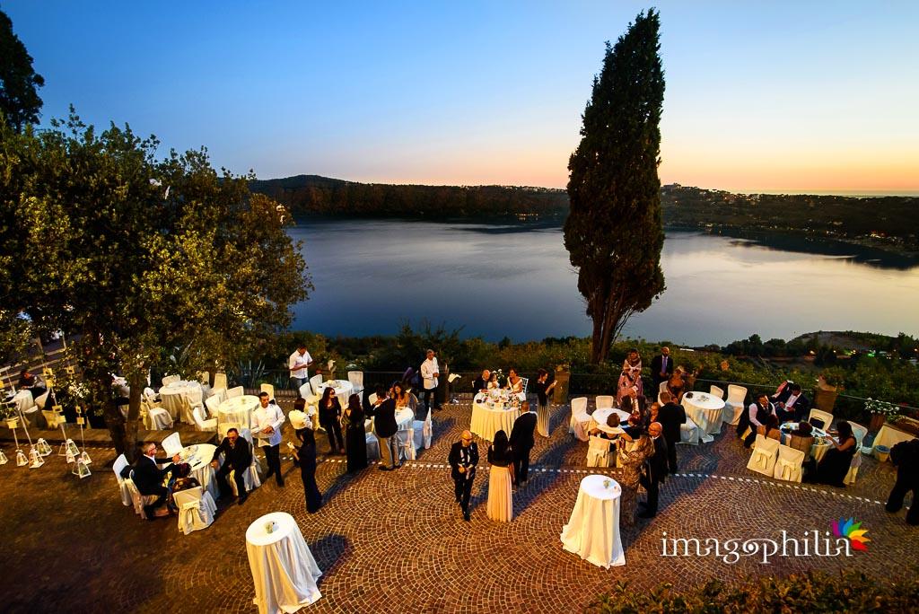 Veduta della terrazza panoramica sul Lago Albano durante il ricevimento di matrimonio a Villa Pocci