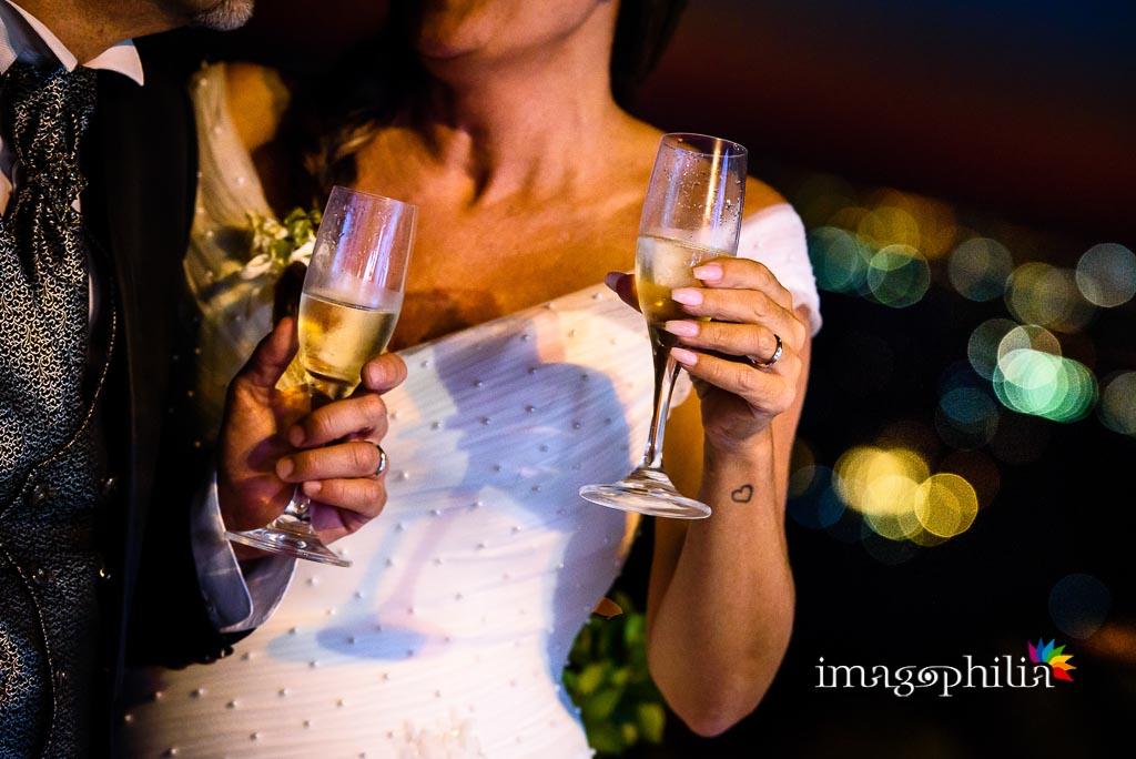 Brindisi tra gli sposi prima dell'ingresso in sala per il ricevimento di matrimonio a Villa Pocci