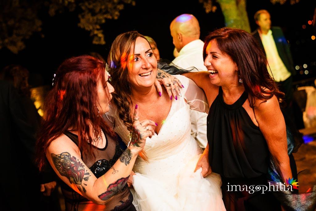 La sposa se la ride fra due amiche