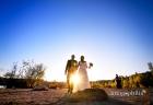 Gli sposi passeggiano, mano nella mano, sulla riva del Lago Albano a Castel Gandolfo