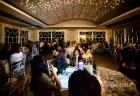 vVeduta della sala di Villa Pocci, con il suggestivo gioco di luci, durante il ricevimento di matrimonio
