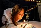 La sposa spegne una candelina per il suo compleanno al termine del ricevimento di nozze a Villa Pocci