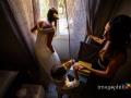 La sposa scorge fuori dalla finestra di casa subito prima di uscire
