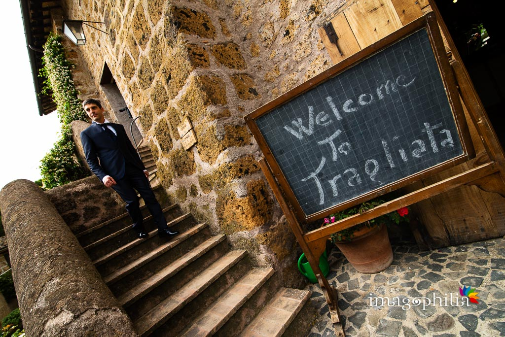 Uscita dello sposo dopo la preparazione presso il Borgo di Tragliata