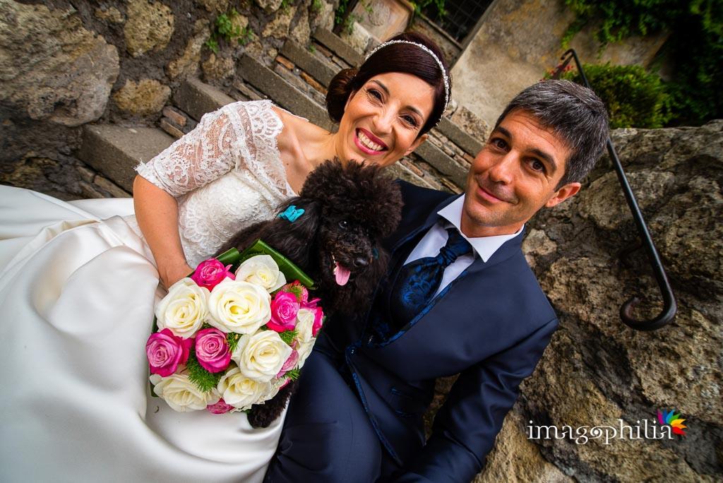 Gli sposi con la loro cagnolina Amélie nel Borgo di Tragliata