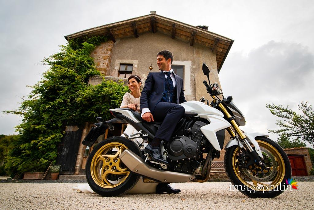 Gli sposi e la loro moto davanti al casale del Borgo di Tragliata