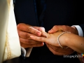 Scambio delle fedi nuziali durante il matrimonio nella chiesa di Sant'Isidoro all'interno del Borgo di Tragliata