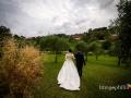 Gli sposi passeggiano nella vallata del Borgo di Tragliata