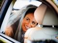 Ritratto della sposa in macchina in attesa di partire