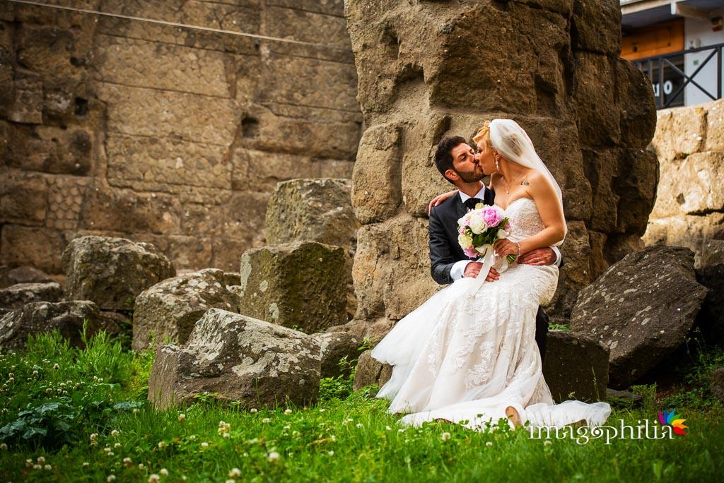 Gli sposi ritratti sotto la Porta Pretoria di fronte al Comune di Albano Laziale