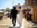 Gli sposi passeggiano sulla spiaggia di Nettuno