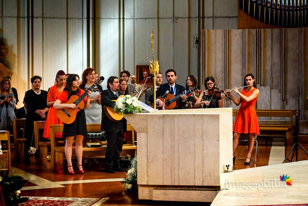 I musicisti durante il rito neocatecumenale nella Chiesa di San Gregorio Barbarigo, Roma Eur