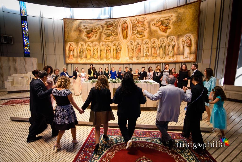 Danza finale intorno alla mensa al termine del matrimonio neocatecumenale nella Chiesa di San Gregorio Barbarigo, Roma Eur / 1