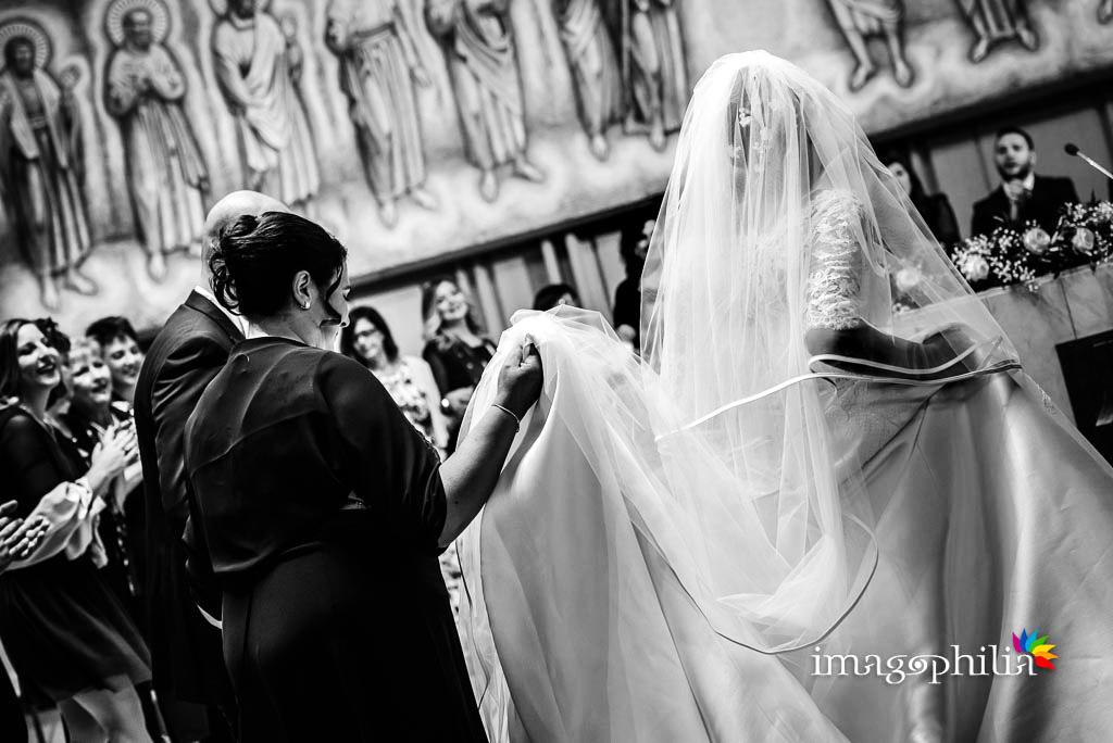 Danza finale intorno alla mensa al termine del matrimonio neocatecumenale nella Chiesa di San Gregorio Barbarigo, Roma Eur / 2