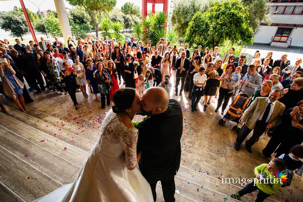 Bacio tra gli sposi, al termine del matrimonio, subito fuori dalla Chiesa di San Gregorio Barbarigo, Roma Eur