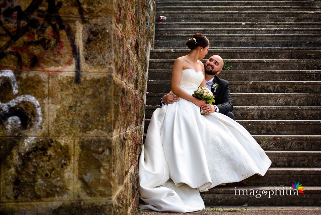 Gli sposi accoccolati su una scalinata accanto al laghetto dell'Eur a Roma / 2