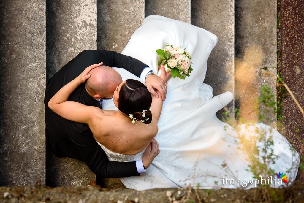 Gli sposi accoccolati su una scalinata accanto al laghetto dell'Eur a Roma / 4