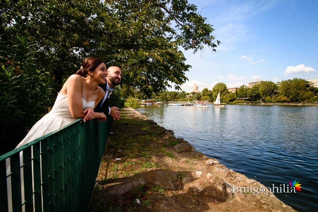 Gli sposi affacciati sul laghetto dell'Eur a Roma
