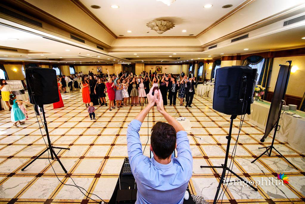 Balli di gruppo durante il ricevimento di matrimonio al Ristorante da Benito al Bosco, Velletri