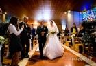 La sposa con il papà attraversa la navata della Chiesa di San Gregorio Barbarigo, Roma Eur