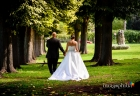 Gli sposi camminano mano nella mano nel parco adiacente il laghetto dell'Eur a Roma