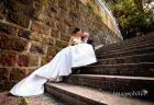 Gli sposi accoccolati su una scalinata accanto al laghetto dell'Eur a Roma / 1