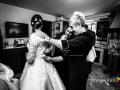 Fasi finali della vestizione della sposa