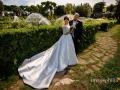 Gli sposi ritratti accanto al laghetto dell'Eur a Roma