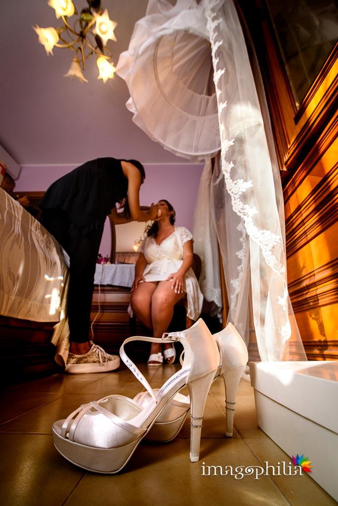 La sposa durante la fase di trucco / 1