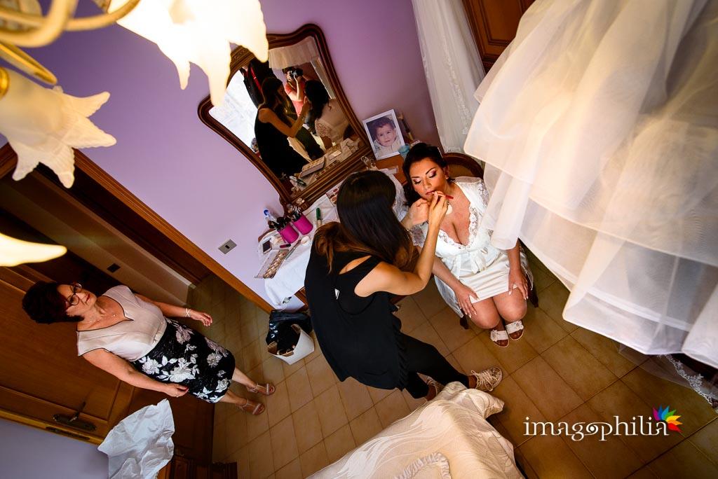 La sposa durante la fase di trucco / 2