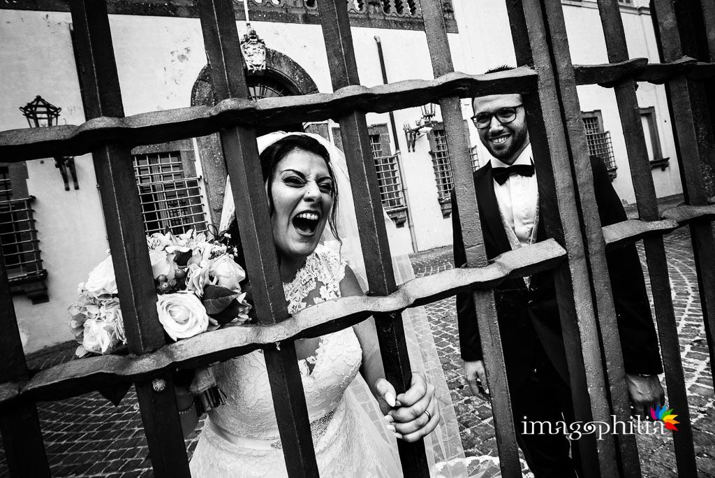 """La sposa in versione """"detenuta"""" all'ingresso delle Ville Pontificie di Castel Gandolfo (giardino di Villa Barberini)"""