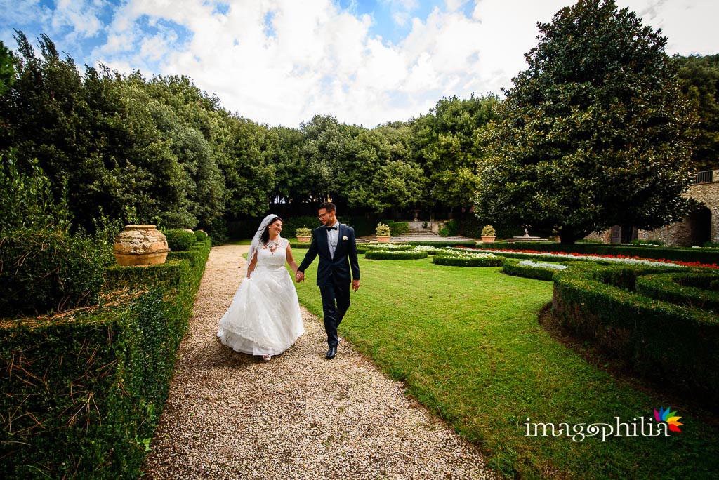 Gli sposi passeggiano per le Ville Pontificie di Castel Gandolfo (giardino di Villa Barberini) / 1