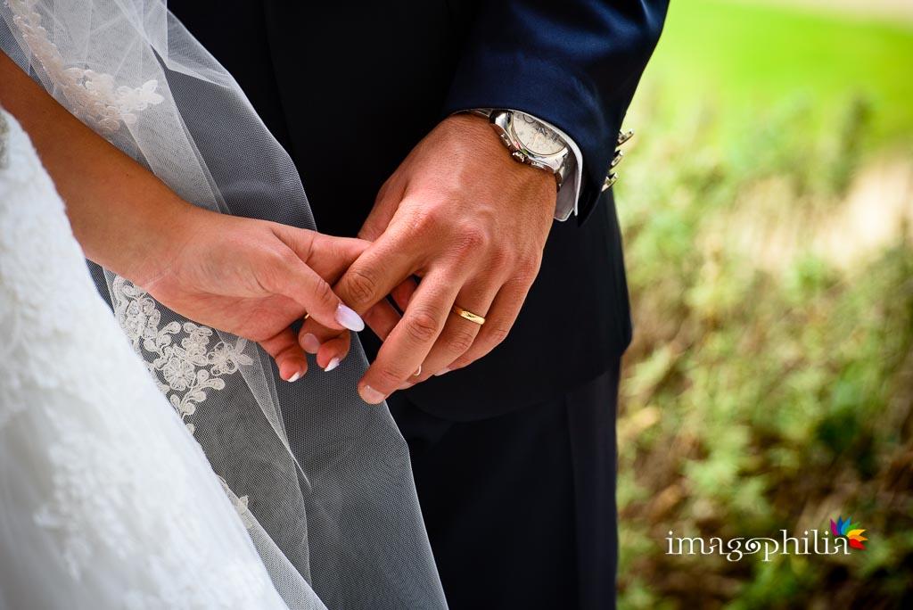 Dettaglio delle mani degli sposi con le fedi in vista alle Ville Pontificie di Castel Gandolfo (giardino di Villa Barberini)