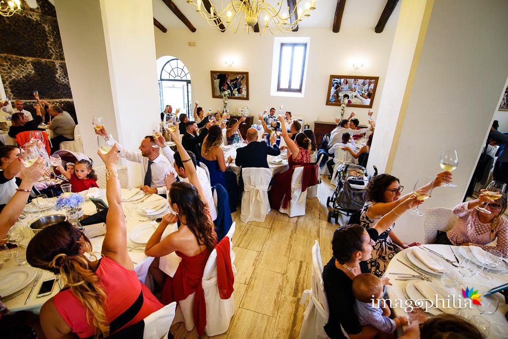Brindisi agli sposi nella sala di Casale Baldetti durante il ricevimento di nozze