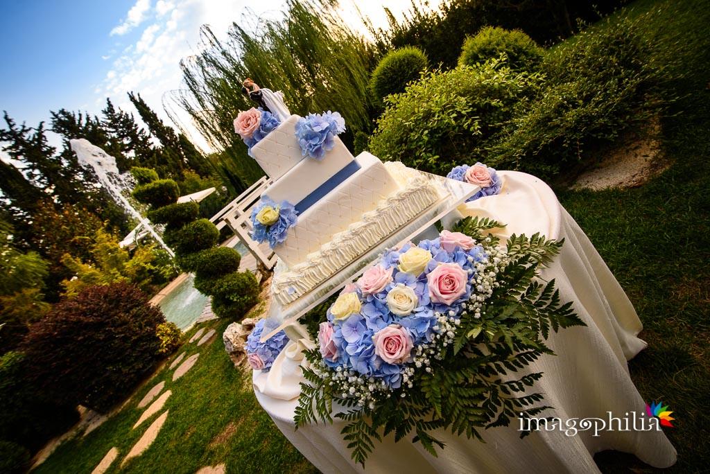 La torta nuziale nel giardino di Casale Baldetti al termine del ricevimento nuziale